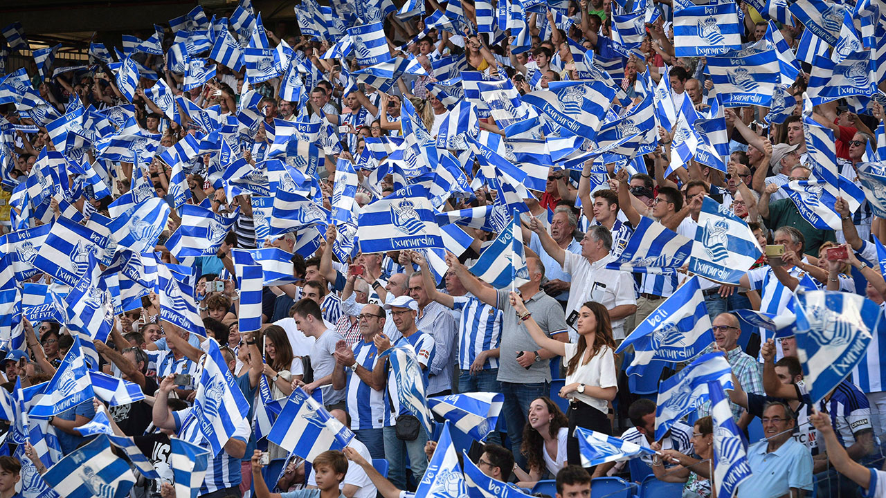 Real_sociedad_supporters_cheer_their_team