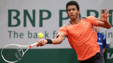 felix-auger-aliassime-plays-a-forehand