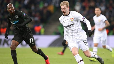 julian-brandt-dribbles-with-ball-in-europa-league