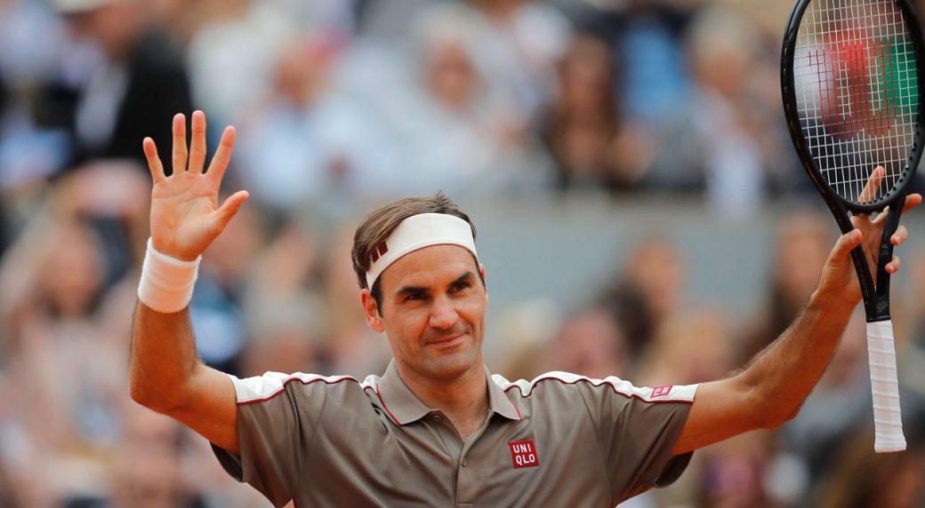 Roger Federer advances into 2n...
