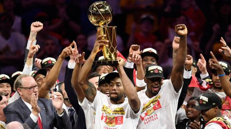 raptors-kawhi-leonard-lifts-larry-obrien-nba-championship-trophy